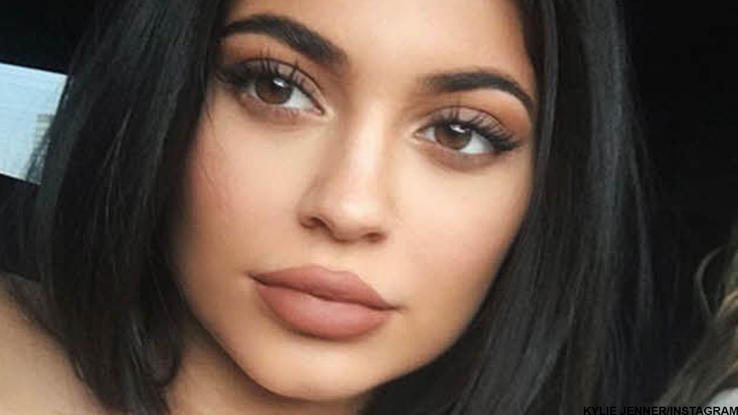 kylie-jenner-fake-eyelashes