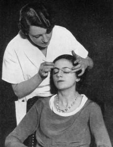 1935 Fitting false eyelashes in a beauty establishment