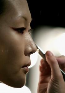 Trim the ends of false eyelash band